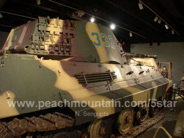 Tigre I Pz.Kpfw.VI Ausf.E Sd.Kfz.181 Late production Dragon 1/35 - Page 5 NSengupta_FtKnox_2006_4276_KingTiger_Tanks